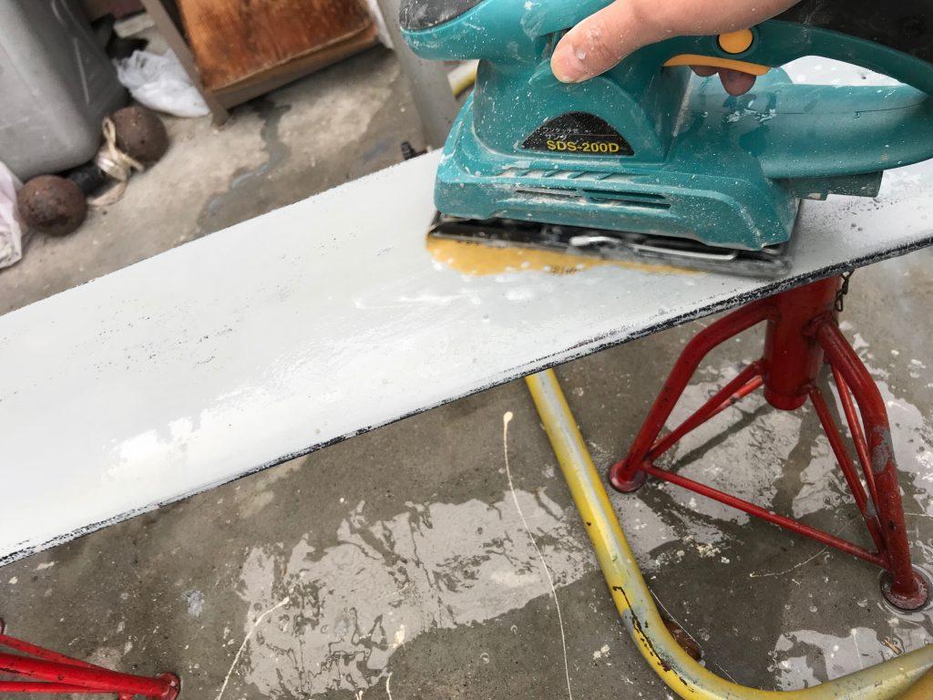 サンダーで塗装を剥ぐ