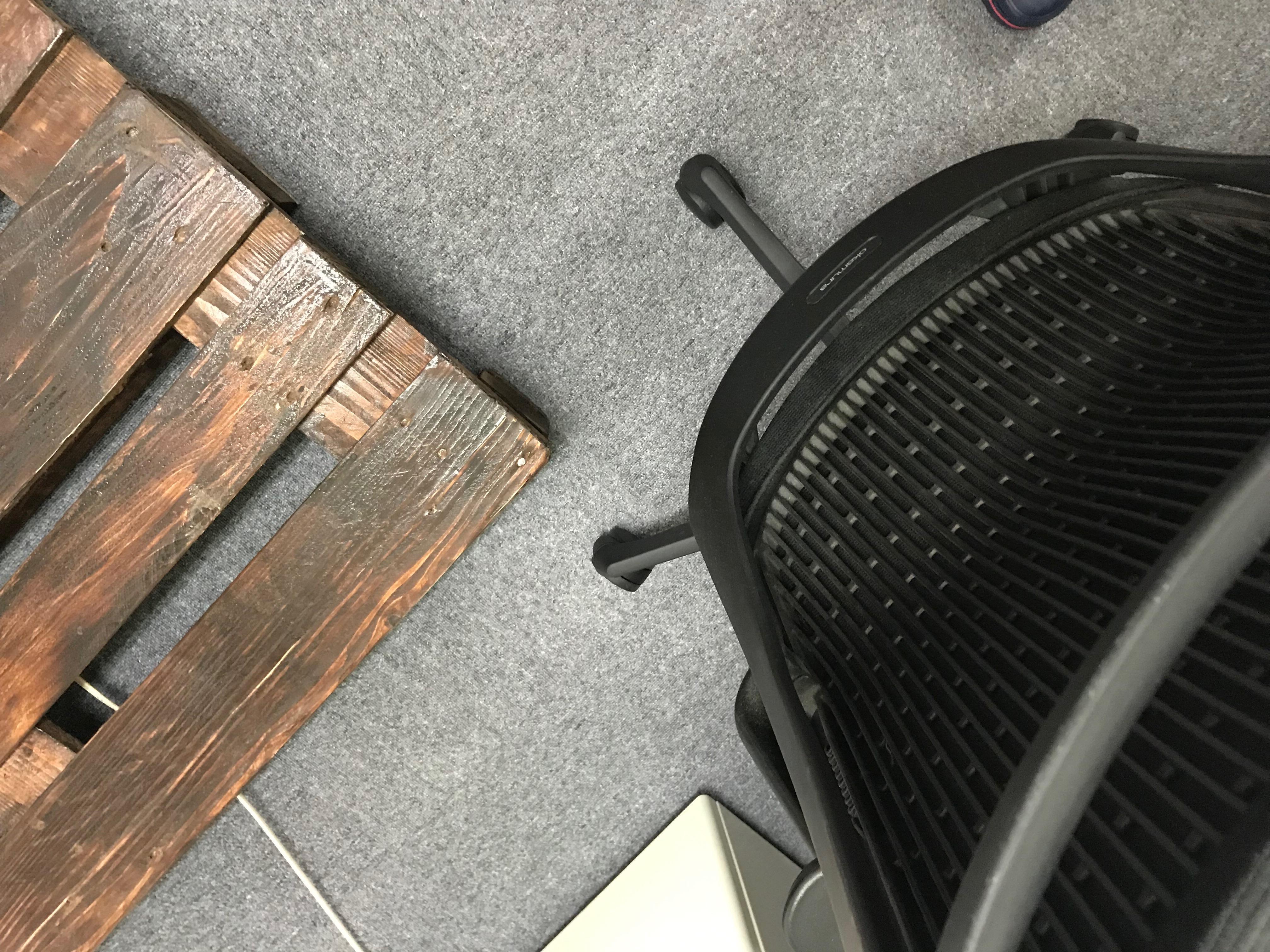 パレットに椅子が
