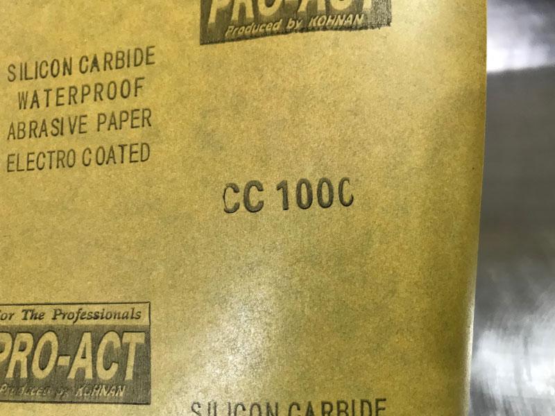 1000番の耐水ペーパーでシンクを磨く