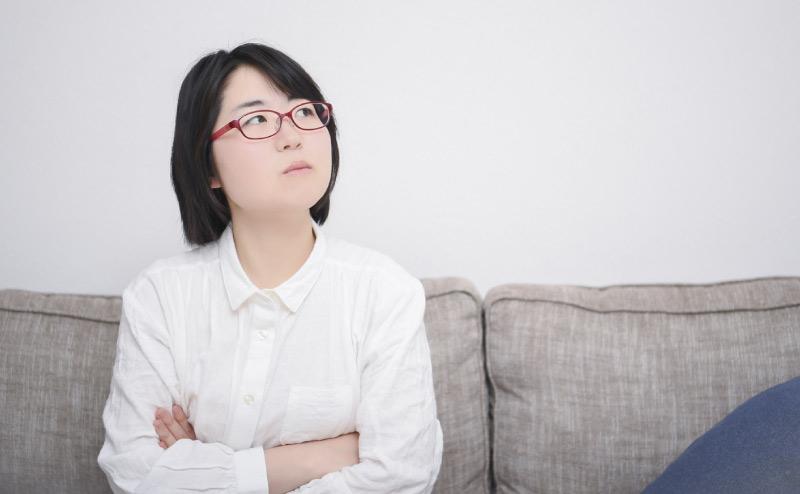 盗聴被害を不安に思う女性
