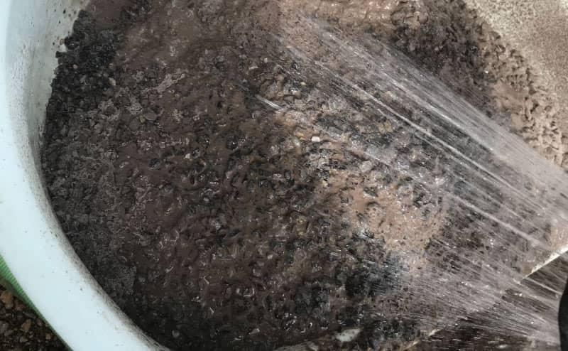 固まる土に水を混ぜる