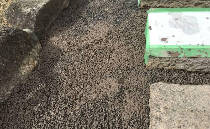 固まる土を敷く