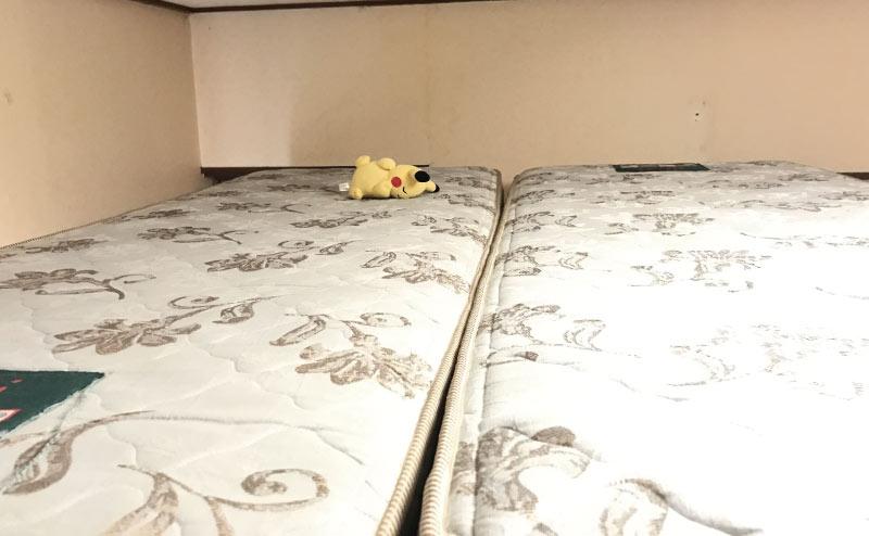 ベッドにマットレスを敷く