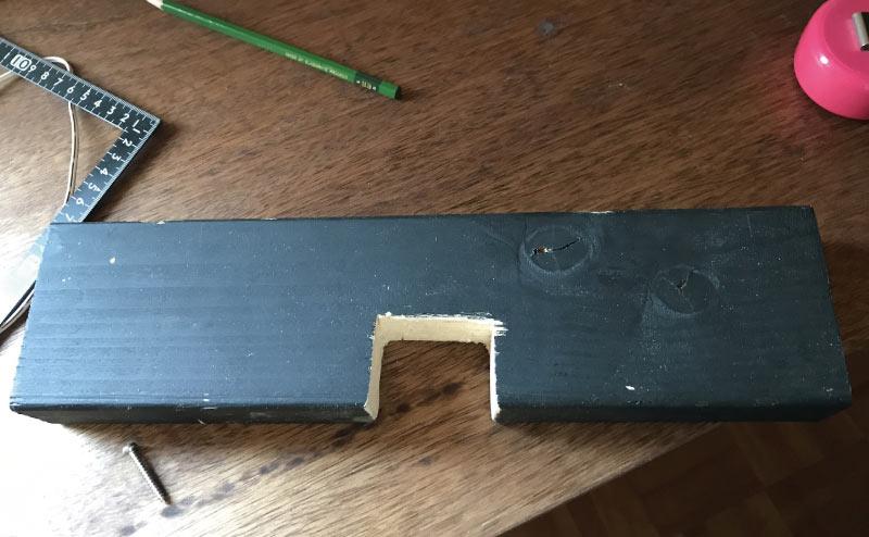 2×4の端材+端材でギタースタンド