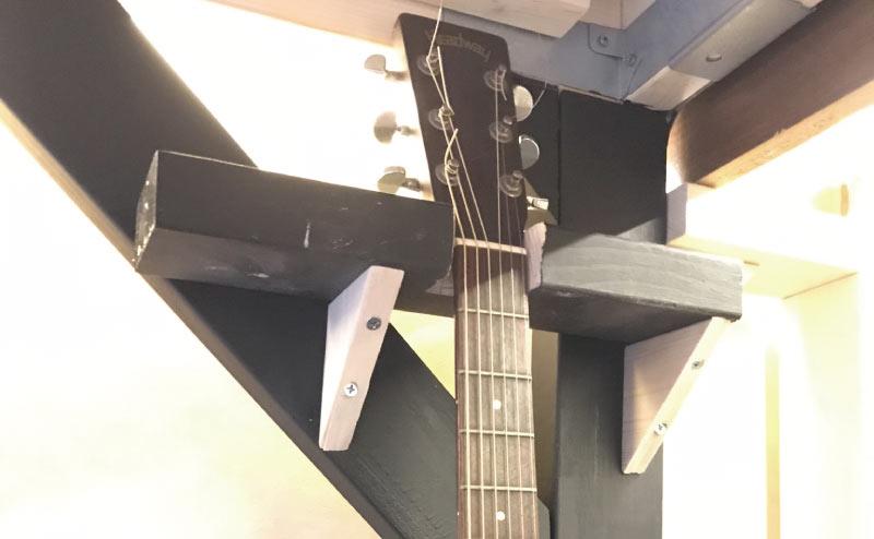 2×4の端材でギタースタンド