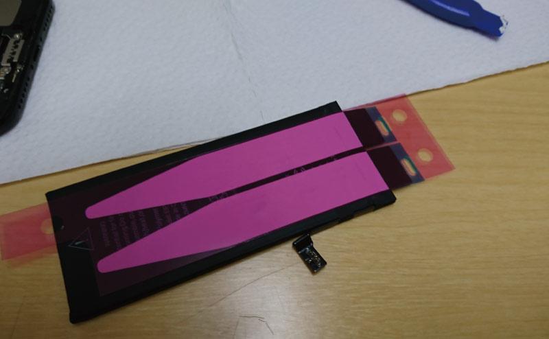 バッテリ裏に新品の両面テープを貼り付ける