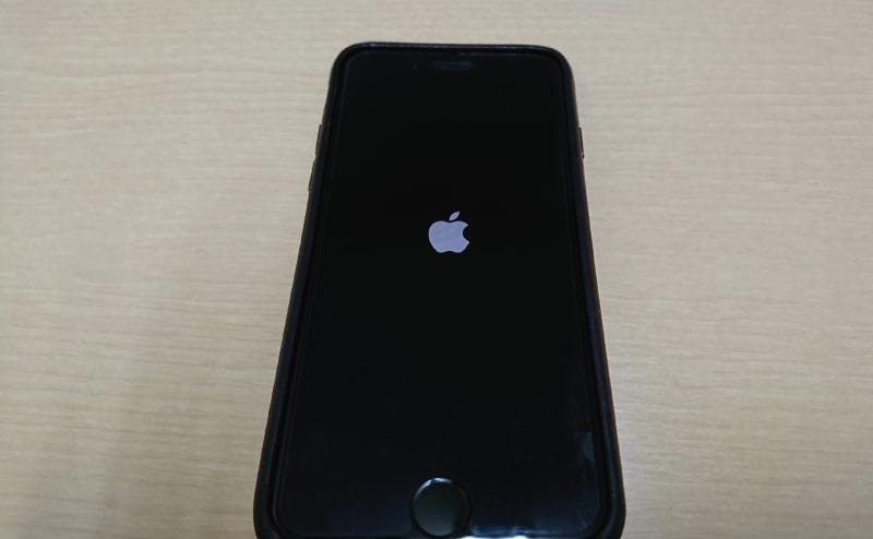 iPhone7の電源が入ることを確認